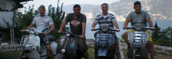 Vespa fährt nach Gardasee